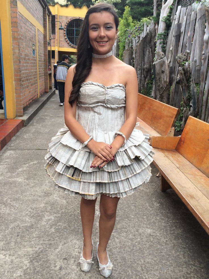 Maravilloso vestido realizado con hojas de un directorio telefonico