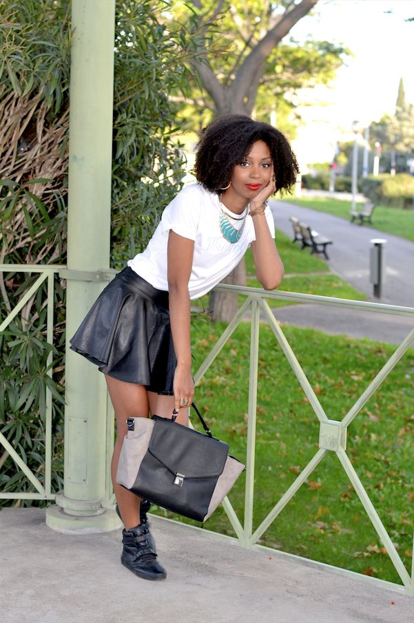 Jupe en cuir look Vanessa Blog Lirons D'elle #Blogueuse afro #blogueuse #france #natural hair #team natural #mode #look #basic #simple #look #mode#trend#kinky #curly #hair #wash and go #kinky coily #hair #4a #4b # trend #tendance #look #simple Jupe en cuir #tshirt #menthalo # sac # primark #basket noires