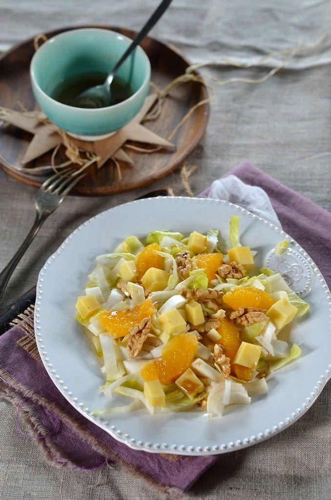 Cette salade composée d'hiver aux endives était vraiment délicieuse, agrémentée d'oranges, de fromage et des noix...