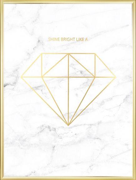Elegantes luxuriöses Poster mit Diamant-Motiv in Gold auf weißem Marmor. Es passt ausgezeichnet in eine moderne, stilbewusste Einrichtung und kann gut mit anderen Details in Marmor oder Gold kombiniert und in Szene gesetzt werden. www.desenio.de