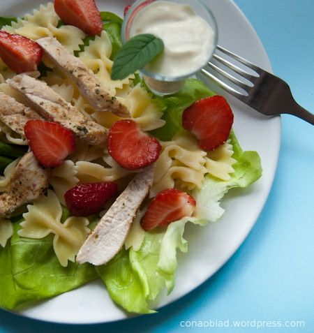 Letni obiad z kurczakiem i truskawkami