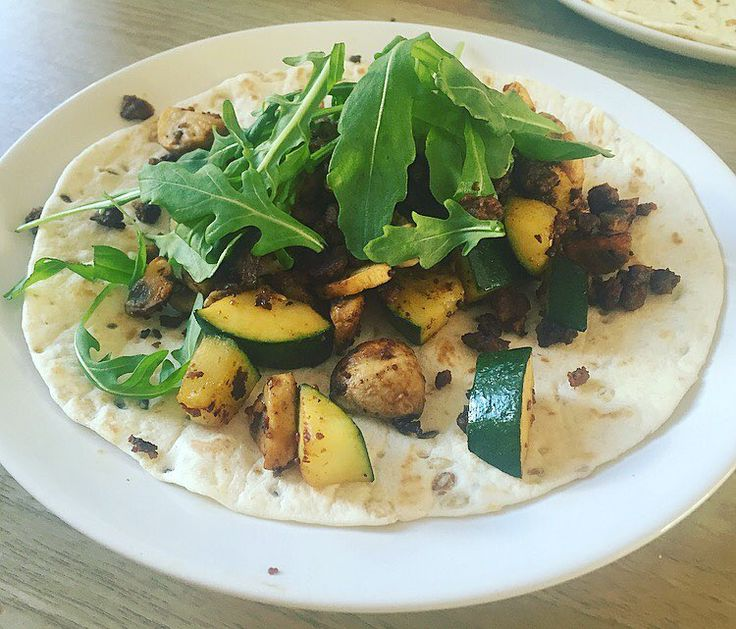 """Dinner ; wraps with @vivavivera """"minced meat"""" (kruimgehakt) -which doesn't taste like meat so I'm very happy-, mushrooms, zucchini, rocket & soy sauce. 🌿  #dinner #recoveringdutchie #vegetarian #prorecovery #edrecovery #eatingdisorderrecovery #edwarrior #eatittobeatit #eetstoornis #herstel #recoveryispossible #iwillrecover #anawho #foodisfuel #food #healthy #foodie #gaininglife #lactosefree #lactosevrij #vega #vegetarisch #vivera"""