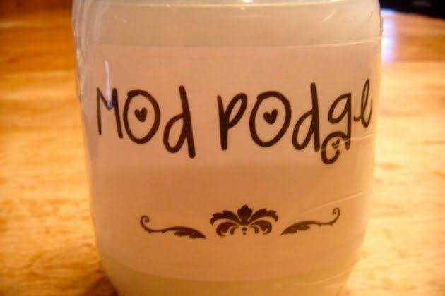 """Como fazer cola Mod Podge em casa.  Como fazer a cola Mod Podge, a cola mais usada no exterior, para decoupage. Pode usar a cola de """"rótulo azul"""", a cola """"Cascorez rótulo azul"""". Ou pedir uma cola """"rótulo azul"""" em qualquer papelaria."""