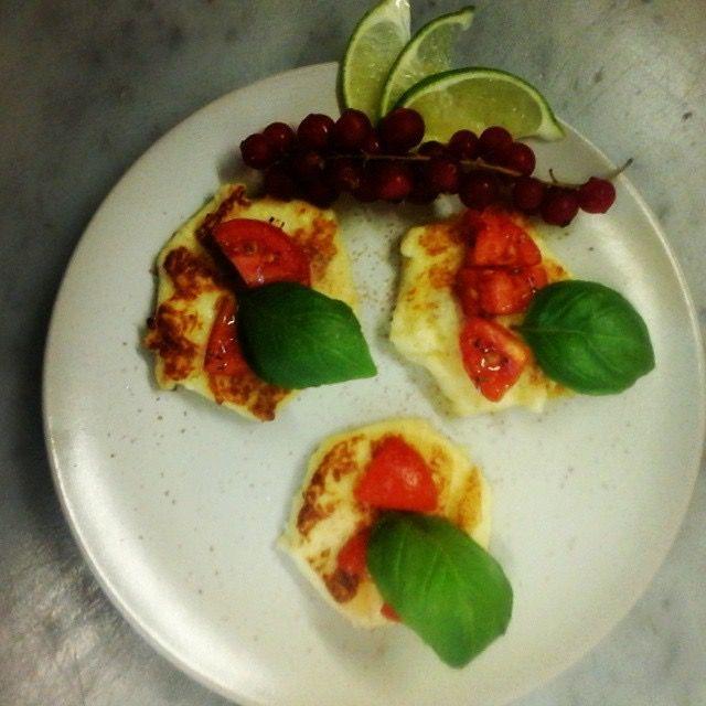 Bruschetta e di semolino con pachino basilico e citronette al lime e pepe rosso