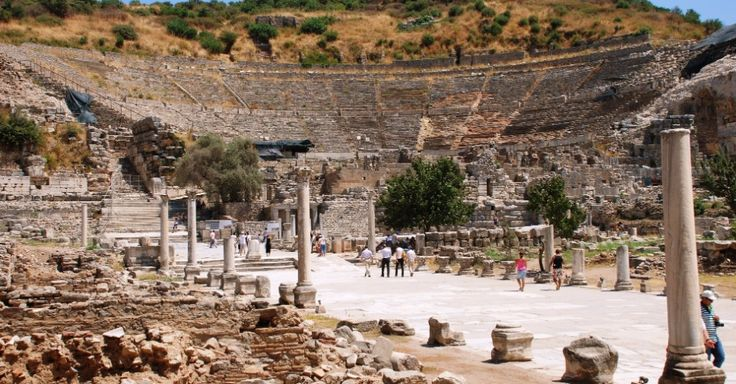 Ruínas de Éfeso (Turquia) -- Localizada dentro do que era o estuário do rio Kaystros, escavações revelaram grandes monumentos da época do Império Romano, incluindo a Biblioteca de Celso e o Grande Teatro. Pouco resta do famoso Templo de Artemis, uma das Sete Maravilhas do Mundo. Desde o século 5º, a Casa da Virgem Maria é um importante local de peregrinação cristã