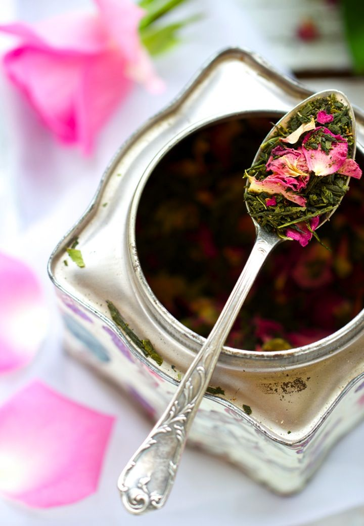 """Saveurs Végétales: WEDDING TEA ❤ Thé vert Sencha { Rose . Vanille . Tonka }Ingrédients {Pour 6-8 infusions environ} 30 g de """"Grand Sencha bio"""" (ici, Marque """"La route des Comptoirs"""") 10 g de pétales de roses de Provins séchées, biodynamiques (demeter) (ici, Marque """"Altaïr"""") 1 gousse de vanille 1 fève tonka (quelques gouttes d'huiles essentielles de rose)"""