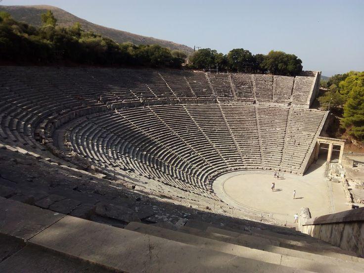 -Teatro de Epidauros. -Siglo IV a.C.  -La acústica es excepcional. -El edificio se ha convertido en el símbolo del teatro griego antiguo. -Partes del teatro griego: koilon, orchestra, scena, parodos, proscenios, diazoma.