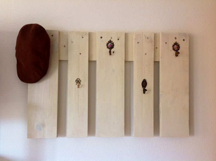 Perchero de pared hecho con palets y colgadores vintage en for Colgadores de pared