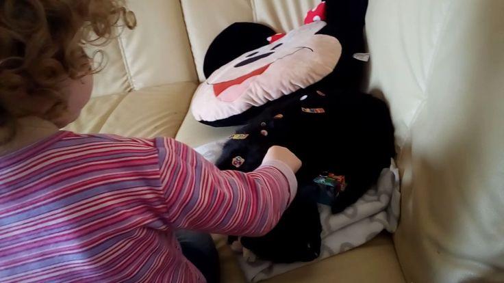 Kind macht die Katze schön. Crazy funny Cat.