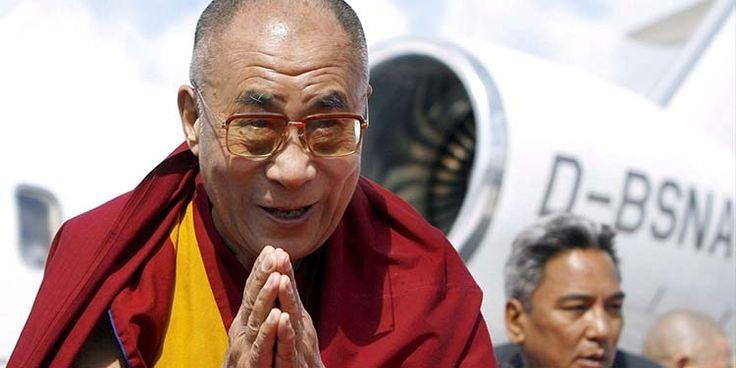 Il 25 febbraio 1910 il Dalai Lama fu costretto a lasciare il Tibet per l'invasione delle truppe cinesi. Fuggì nell'India britannica dove rimase per tre anni. Iniziò proprio quel giorno il continuo esilio dei Dalai Lama, che continua ancora oggi.