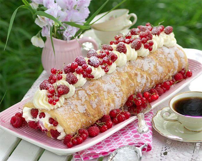 Fira rulltårtans dag med en rulltårta fylld med söt vit choklad och syrlig lemon curd.