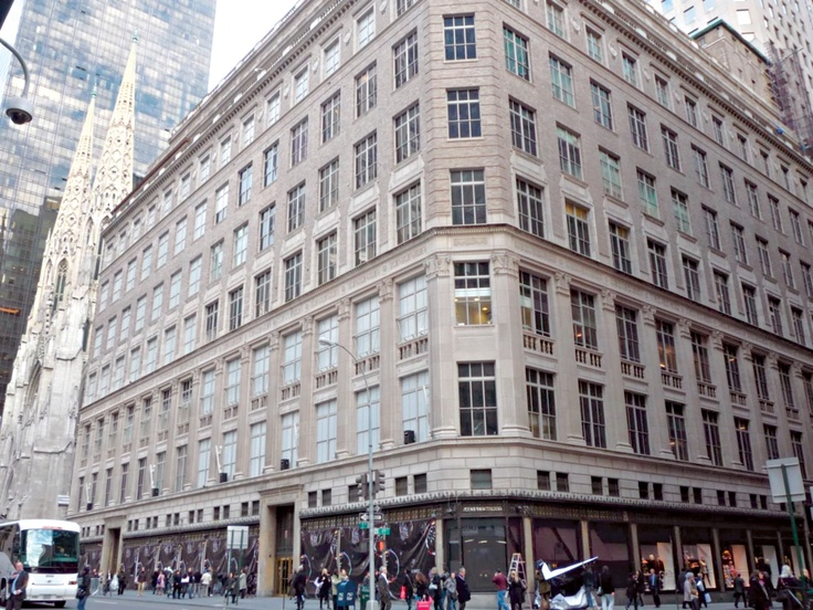 Estée Lauder en TIENDA SAKS DE LA QUINTA AVENIDA, abrió su primer stand y tuvo tanto éxito, que a los dos días de haber abierto vendió todos sus productos.