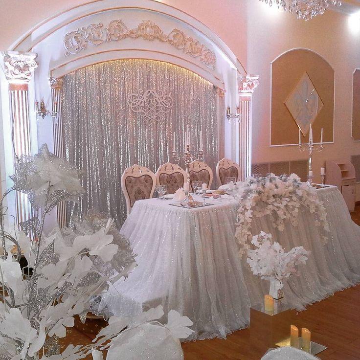 Сегодня мы поздравляем Настеньку и Алексея !!! И вот такой  нежный президиум  сегодня украшает их свадьбу!  Серебро, хрусталь и зеркала. Много свечей ....Ну очень  красиво ! #оформление#свадьба#выезднаярегистрация#праздники#алматы#хангаби#асянди#кызузату#годик#тусаукесер#кудалар#юбилей#свадебныйдекор#свадебнаяарка#фотозона#дизайн#декор#концепция#флористика