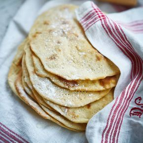 Doften av nygräddade, mjuka tunnbröd är ljuvlig! Fyll dem gärna med godsaker från julbordet, som ost, sill, gräddfil eller köttbullar och goda röror.