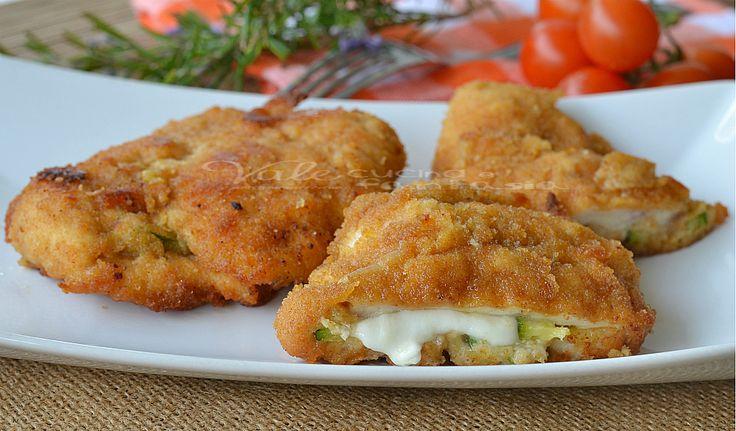 Cotolette di pollo al forno con zucchine e mozzarella un secondo piatto gustoso e sostanzioso, cotte al forno così evitiamo anche di friggere