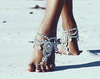 Unsere alten Tanz barfuss Sandalen sind für Funkeln Ihre Zehen in den Sand und mit jedem Schritt nehmen Sie exquisite Gefühl.  Entworfen in Byron Bay, Australien. Mit Remasuri Strasssteine, schwarz Metall und Perlen und Kristall Schmuck gemacht. Als Paar verkauft.  Sehen Sie, was unsere Kunden sagen, auf die Bewertungen-Seite: https://www.etsy.com/au/your/shops/ForeverSoles/reviews  PFLEGE  Bitte behandeln Sie Ihre barfuss Sandalen mit schonenden Pflege. Farbe silberne wird im Laufe der Zeit…
