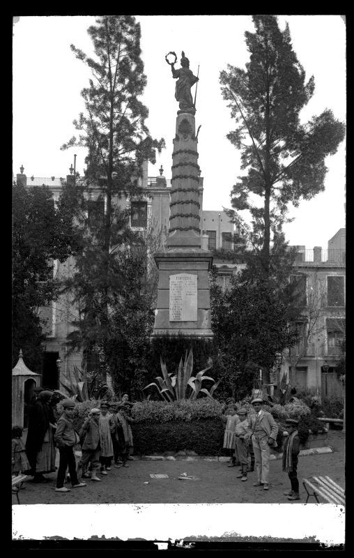 Vista del monumento a la Fama de la plaza de Santa Isabel de Murcia  Fecha inicial:  c. 1915