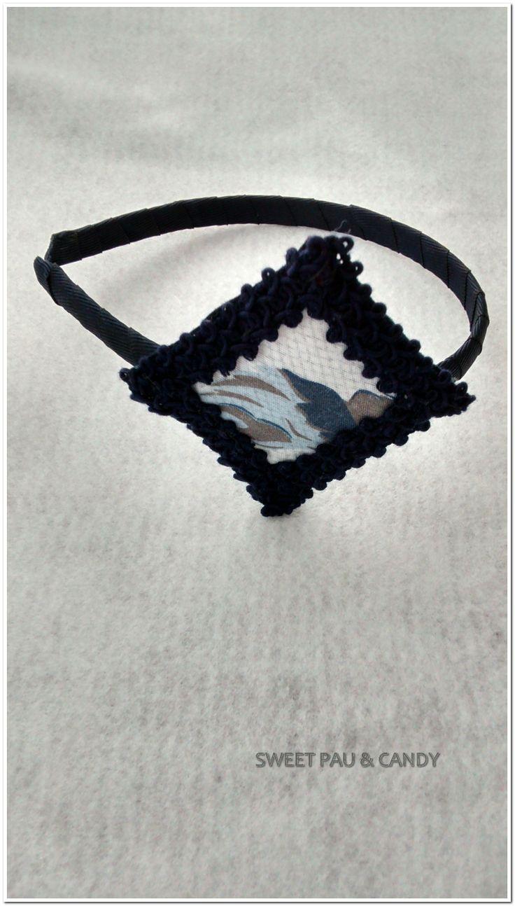 Diadema hecha a mano.Tela con pasamanería azul marino. Handmade.Headband