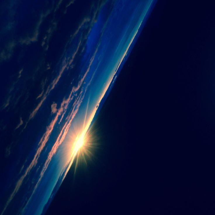 Coucher de soleil qui ressble a une vue de l'espace