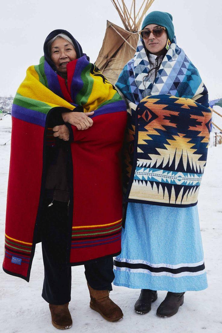  Incansáveis mulheres de Standing Rock   Faith Spotted Eagle e sua filha, Brook, da tribo Yankton Sioux (Ihanktonwan Dakota Oyate) da Reserva Yanktown, Dakota do Sul.