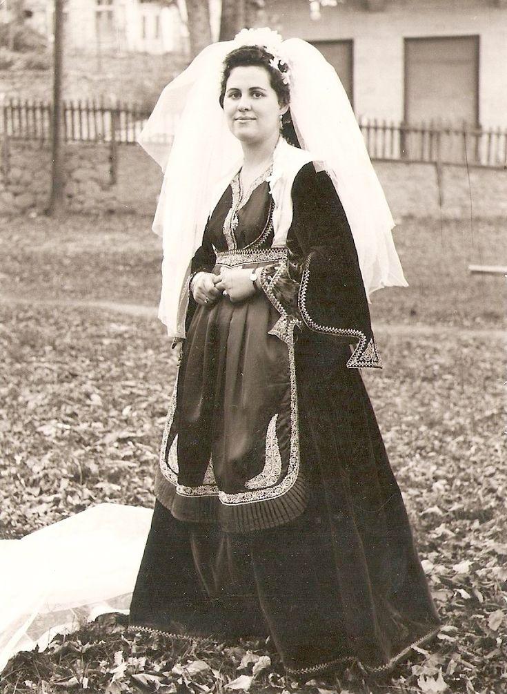 Νύφη ντυμένη με την παραδοσιακή χρυσοκέντητη νυφιάτικη φορεσιά του Μετσόβου.1966. www.metsivomuseum.gr