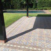 Met 11 basistinten en 72 bijpassende randen met verscheidene motieven ontwerpt u zelf de meest schitterende vloeren, die geschikt zijn voor alle ruimtes in uw huis.De Couleur Tradition...