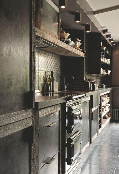 Une cuisine qui opte des matériaux bruts : bois, métal. Plus de photos sur Côté Maison http://petitlien.fr/84pe