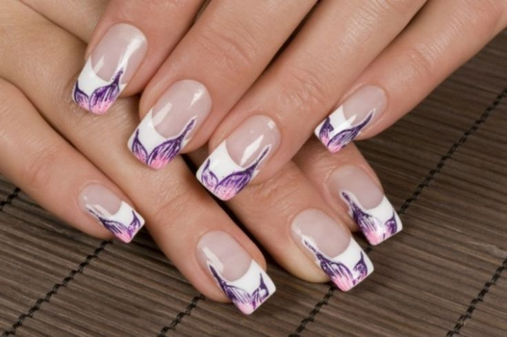 delle unghie lunghe e quadrate decorate con dei disegni viola e rosa