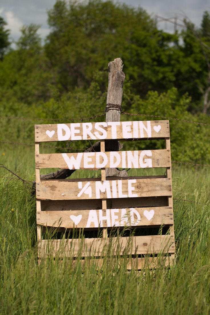 painted pallet wedding direction sign....some Baumgarten house has a pallet I'm sure :)