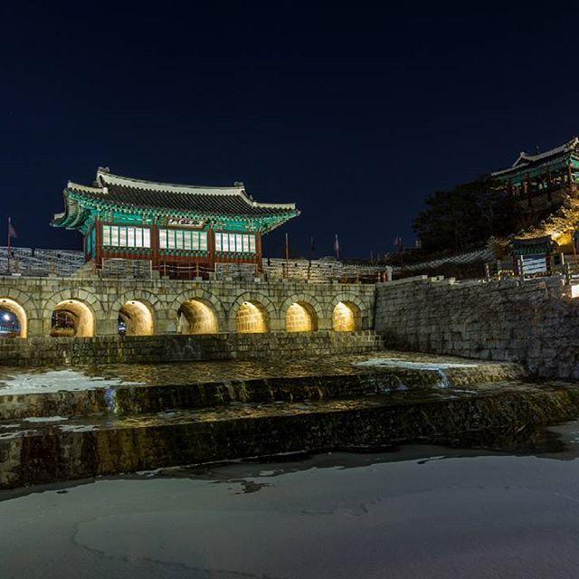 Instagram【benjamin.petit85】さんの写真をピンしています。 《Suwon Hwaseong. 수원 화성 [2017]  #Seoul_Korea #ig_korea #weseoul #photogsinkorea #ig_asia #iseoulu #한국 #history #snow  #travel #겨울 #southkorea #seoul #asia #winter #수원 #야경 #light #nightview #discover #nightshot #tourism  #landscape #explore #daily #韓国 #旅行 #夜景 #ソウル #冬》