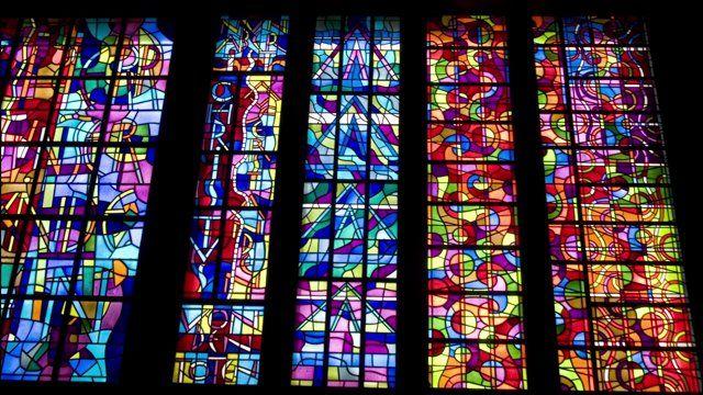 Trois ensembles de vitraux de Sergio de Castro en France, Allemagne et Suisse. Stained-glass windows by Sergio de Castro in France, Germany and Switzerland. Vidrieras de Sergio de Castro en Francia, Alemania y Suiza.