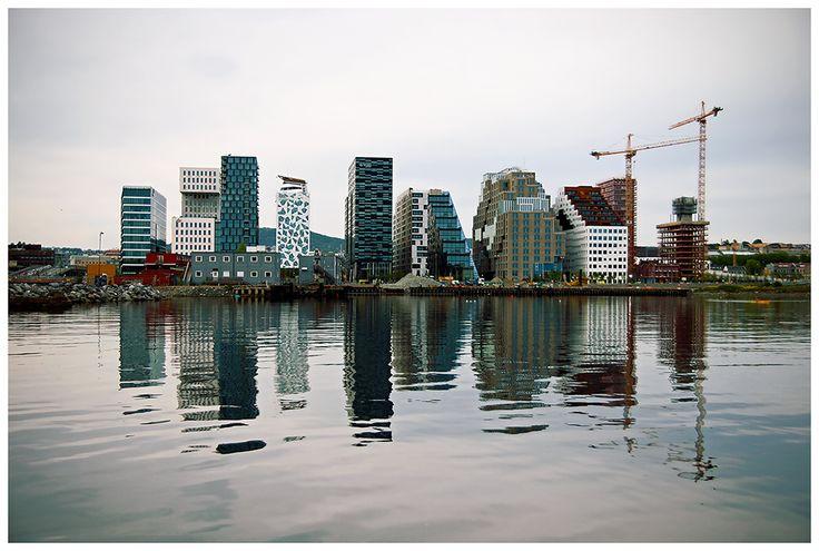 Budynki Barcode nazywane są norweskim Manhattanem. Położone są nad wodą, w poprzemysłowej części fiordu Bjørvika. A ze względu na bliskość Opery Narodowej kompleks budynków znany jest także pod nazwą Opera Kvarteret.