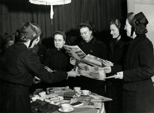 """Heilsoldates (dames van het Leger des Heils) met de """"Strijdkreet"""""""
