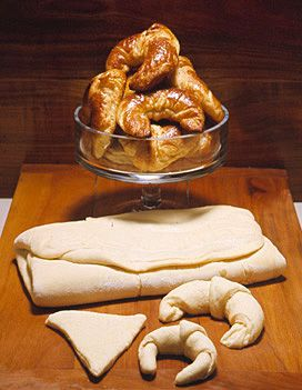 Recette Pâte à croissant : Prélevez le 1/4 de la farine, faites une boule de pâte mollette avec la levure fondue dans 1/2 verre d'eau tiède. Laissez-la doubler de volume au chaud.Avec le reste de la farine, le sucre, le sel et le lait faites un pâton, ajoutez-lui le levain. Pesez-le. Continu...