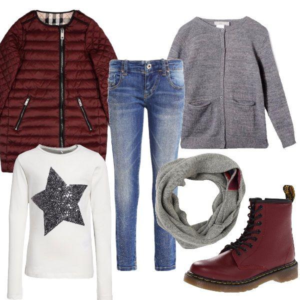 Piumino leggero con zip e tasche, jeans stretto, t-shirt con stella in paillettes e cardigan di lana grigio. Scarponcini bordeaux che richiamano il colore del piumino e il dettaglio della sciarpa in lana .