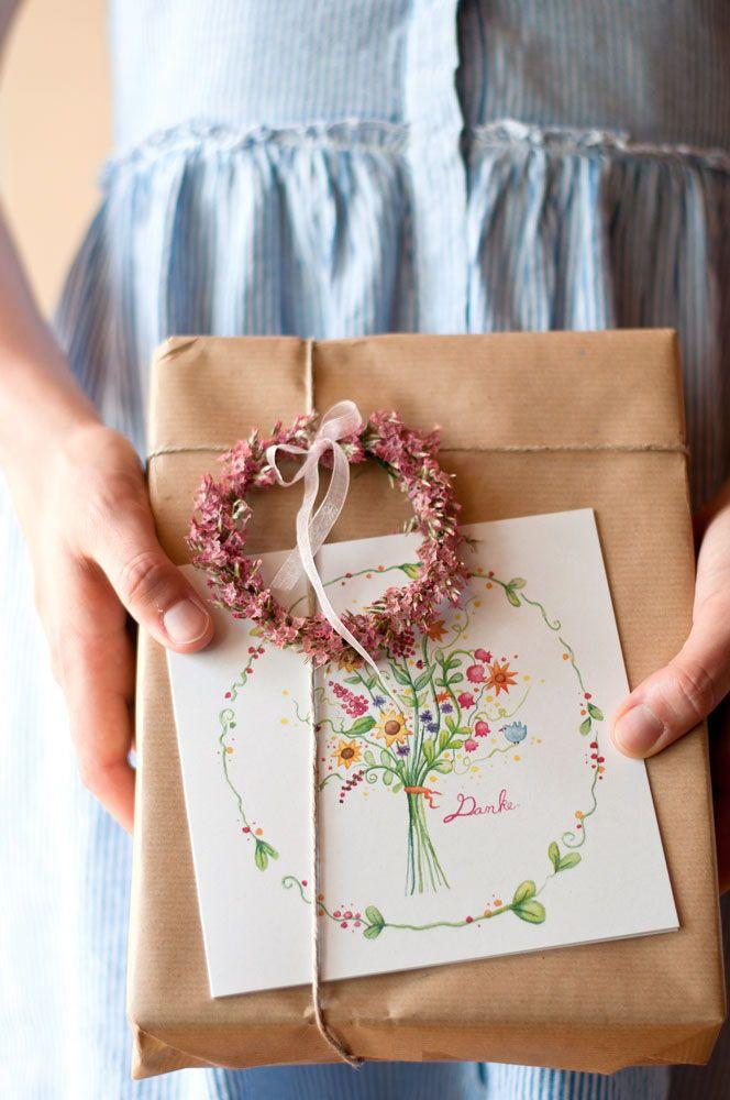Geschenke verpacken und dabei liebvolle Grüße se…