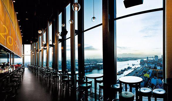 """SKYLINE BAR """"20up"""": HAMBURGS LIFESTYLE BAR MIT DEM BESTEN BLICK DER STADT Ein ganz besonderer Ort mit einer spektakulären Aussicht über Elbe und Hafen ist unsere elegante Skyline Bar """"20up"""". Im 20. Obergeschoss des Hotels gelegen können Sie dort bei einem Cocktail einmalige Sonnenuntergänge erleben."""
