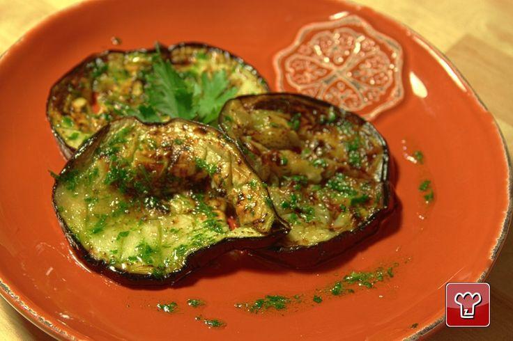 Semplicissime, grigliate per bene e insaporite con una salsina a base di aglio e prezzemolo: ecco le melanzane che ci piacciono! Niente di meglio per accompagnare una grigliata o per un panino vegetariano!