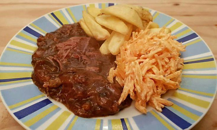 Recept van Marc Devos Ingrediënten: 2 grote uien 2 wortels 1 kilo rundvlees (bv riblappen of runderpoulet) 1 flesje bruin bier (oud bruin, bokbier) peper en zout 4 laurierblaadjes 1 takje tijm 1 bl…