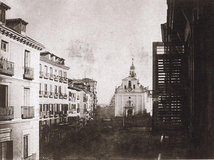 Puerta del Sol, antes de la reforma. Calotipo, 1852  Tenison. Biblioteca Nacional de Paris.    La Iglesia-Hospital del Buen Suceso (al fondo de la imagen) fue derribada dos años después de esta imagen, en 1854. Fue el primer paso de lo que sería, tres años después, el comienzo de la gran reforma de la Puerta del Sol. Esta es una de las pocas fotos que existen de la Iglesia del Buen Suceso. La farola que aparece ante ella, era una única farola de gas con la que se iluminaba la plaza
