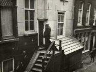 Steden. Een pothuis: een halfbovengrondse uitbouw boven een kelder. Amsterdam, N…