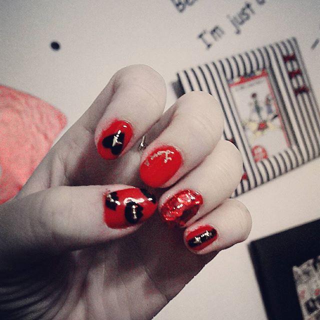いつもの事ながら やりたかったデザインと 全然違うのやるっていうね笑  #赤ネイル#セルフネイル#lipnail#黒#赤#ジェル#ネイル#スタッズ#グリッターネイル