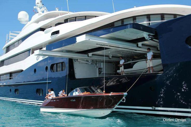 Mi casa está en un barco masivo. En mi barco hay un barco de alta velocidad. Es muy caro.