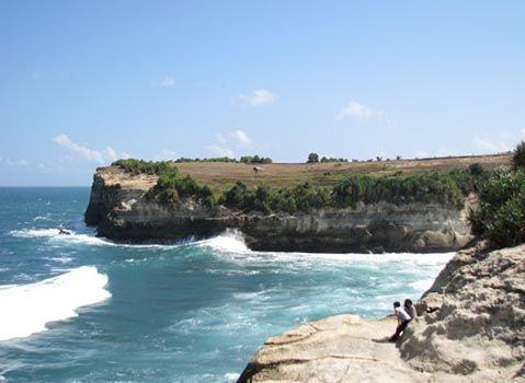 Ombak menerpa tebing. Pantai Klayar, Pacitan, Jawa Timur