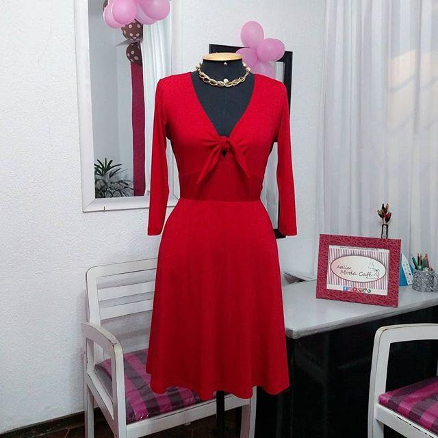 f8cee6d688f8 Com esse decote poderoso Sob Medida Atelier Moda Café #vestidovermelho