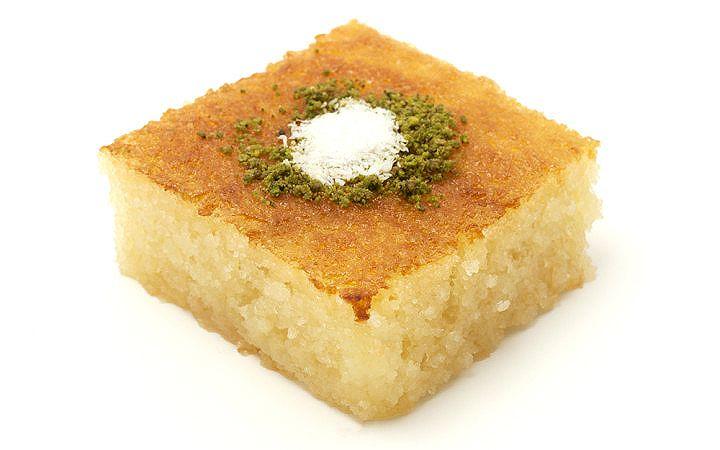 Tül tatlısı olarak da bilinen puf gibi kabarmış revani tatlısı yapımı tarifi, misafirlerinize şerbetli hamur tatlısı ve irmiğin uyumunu müjdeliyor.