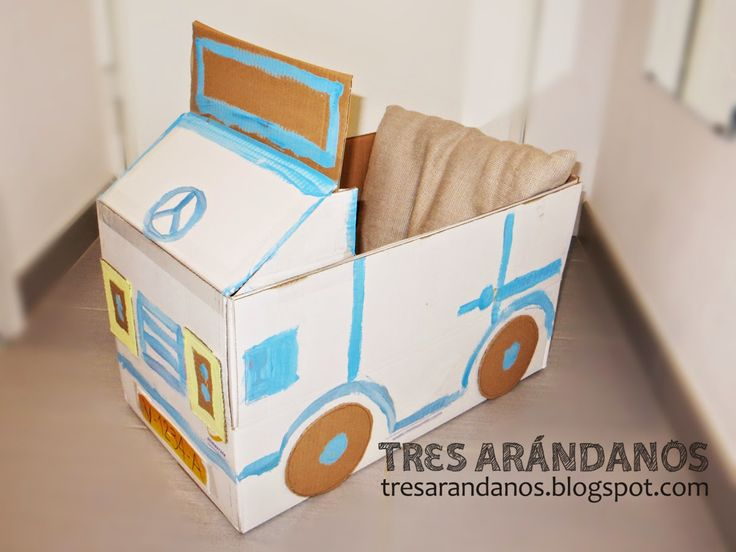 Coche de juguete con una caja de cartón