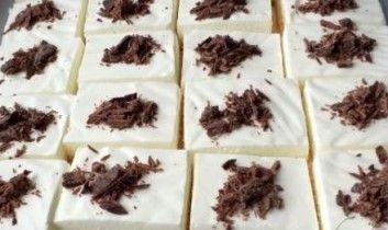 Skvělý tip na dezert? Vyzkoušejte karamelové smetanové řezy.