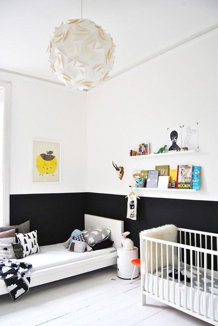 mur bicolore en noir et blanc en tant que déco murale tendance dans la chambre d'enfant