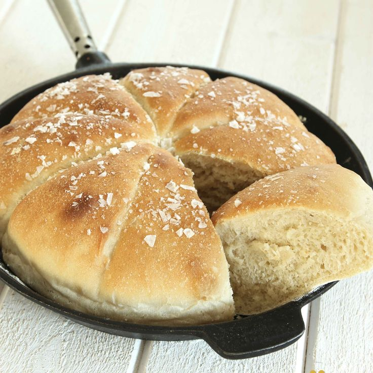Lättgjort och saftigt bröd med flingsalt som är trevligt att servera direkt ur stekpannen